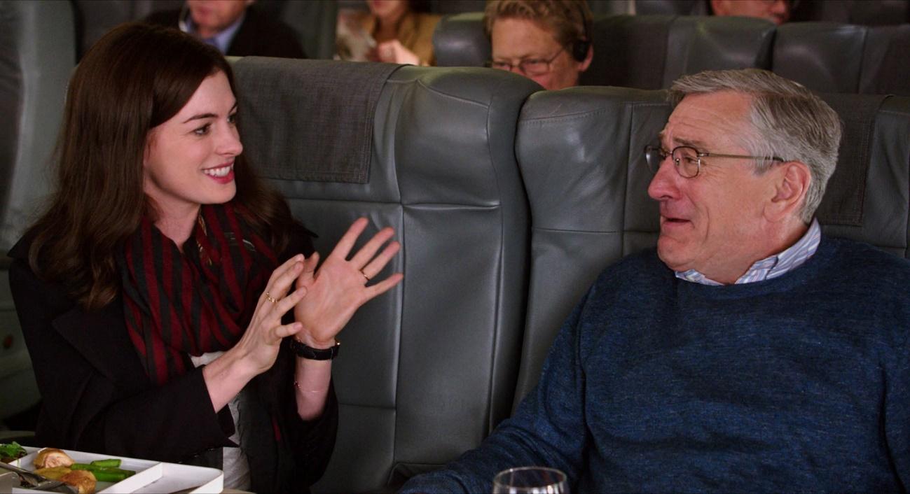 Anne Hathaway e Robert De Niro em Um Senhor Estagiário (2015)